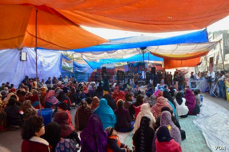 Women camp in a makeshift tent to protest the citizenship law in India. (Anjana Pasricha/VOA)