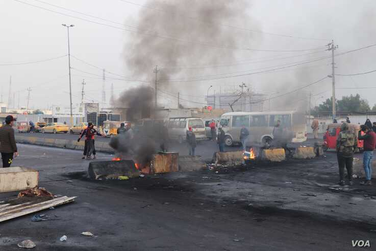 Protesters across Iraq block roads, often with burning tires in an attempt to pressure the government into action, in Baghdad, Jan. 23, 2020. (H.Murdock/VOA)