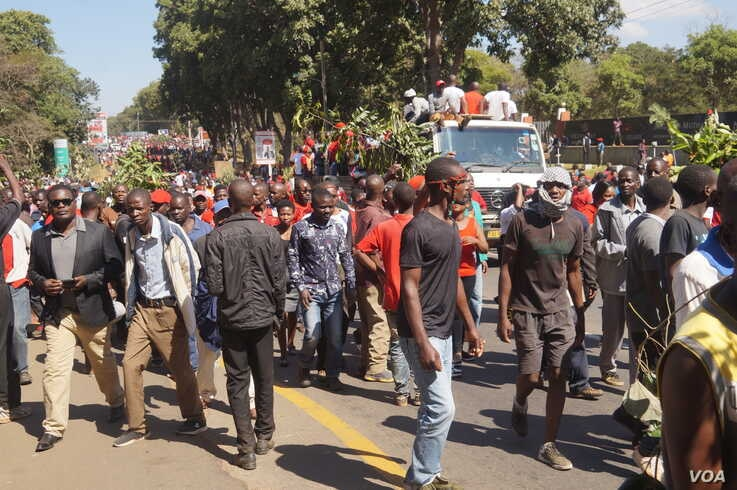 Protesters took to the streets to rally against the May presidential election results throughout the court hearing in Malawi. (Lameck Masina/VOA)