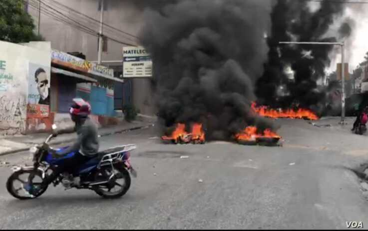Burning tires block a main thoroughfare in the Lalue neighborhood of Port au Prince, Haiti, Feb. 24, 2020. (Matiado Vilme/VOA Creole)