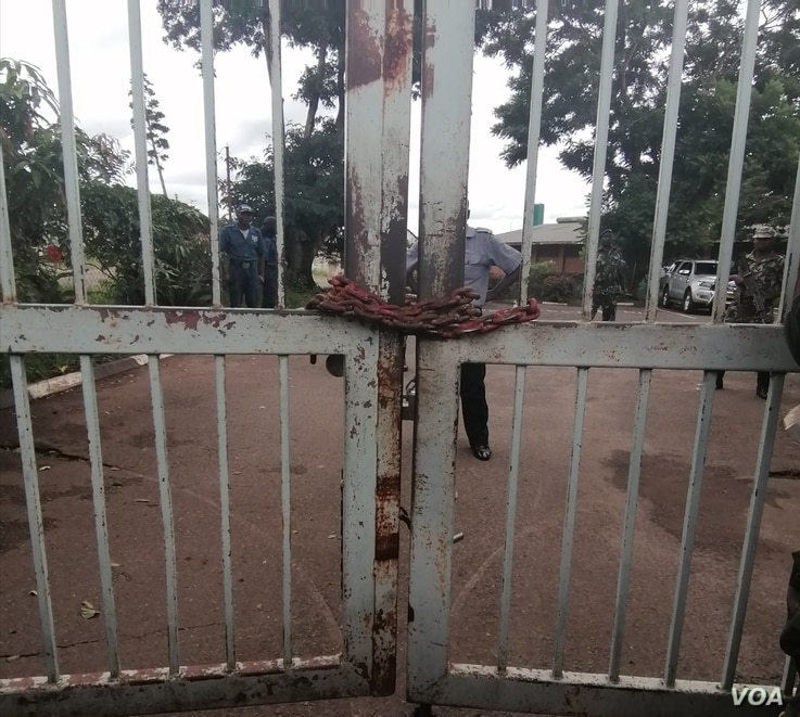 The main gate of the Malawi Electoral Commission office in Blantyre is seen shuttered with a chain, in Blantyre, Malawi. (Lameck Masina/VOA)