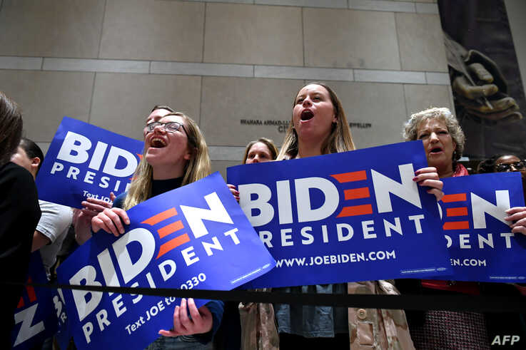 Supporters of Democratic presidential hopeful former Vice President Joe Biden cheers as he speaks, flanked by his wife Jill…