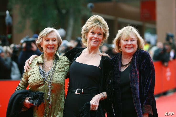 US actresses Jane Fonda (C), Cloris Leachman (L) and Shirley Knight pose as they arrive at the Rome's auditorium during the…