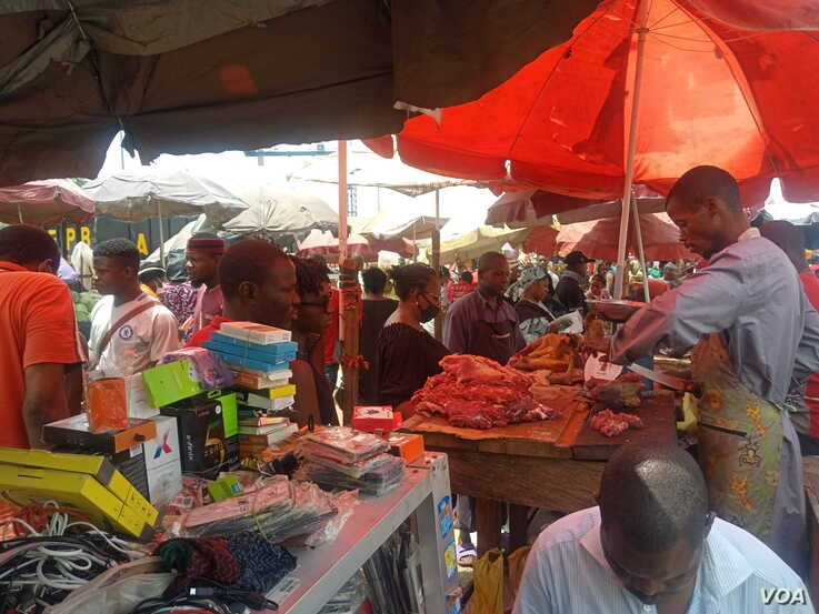 Thousands swarm Utako market, which opened for just four hours to allow citizens to buy supplies before Ramadan, in Abuja, Nigeria, April 22, 2020. (Timothy Obiezu/VOA)
