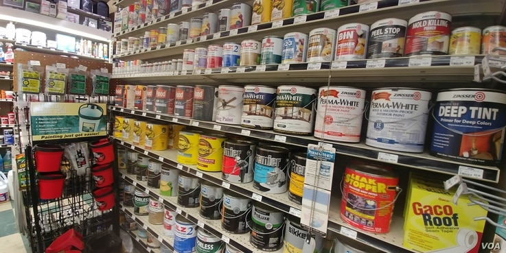 Many hardware store customers are purchasing paint for do-it-yourself home projects.(D.Block/VOA)