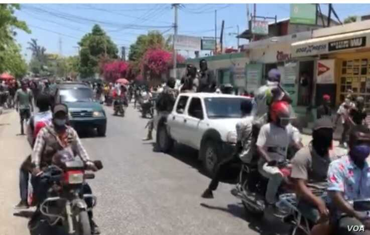 Haiti police and some civilian supporters took to the streets of Port au Prince, April 27, 2020 to demand back pay and better working conditions. (VOA Creole/Matiado Vilme)