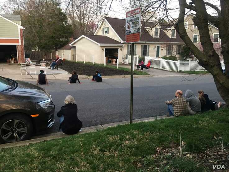 Neighbors watch Bill Crandall play his guitar from his garage, Takoma Park, Maryland. (M. Diallo/VOA)