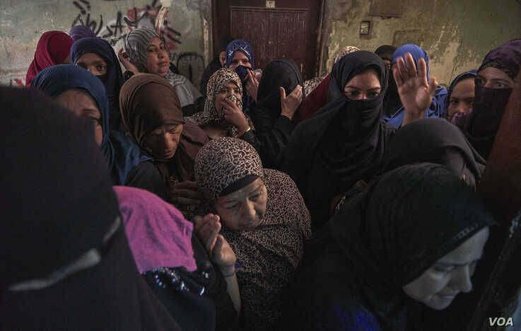 Women crowd into a local charity to receive a food aid in Cairo, April 21, 2020. (Hamada Elrasam/VOA)