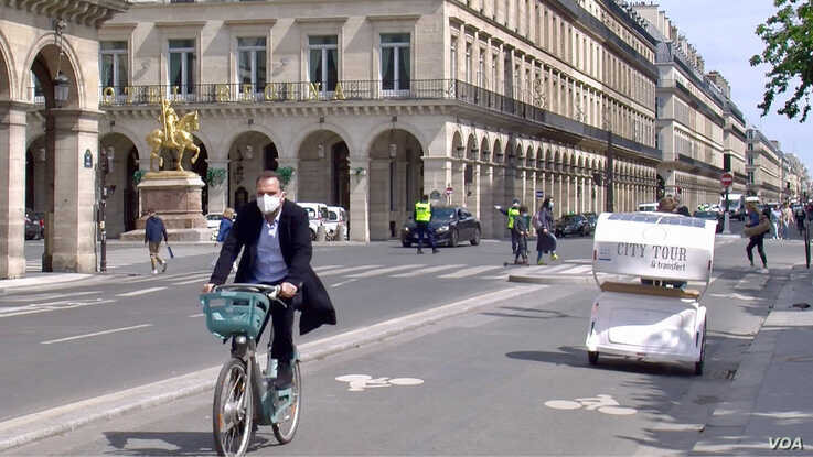 The Rue de Rivoli in Paris, closed off to most traffic except bikes. (Lisa Bryant/VOA)