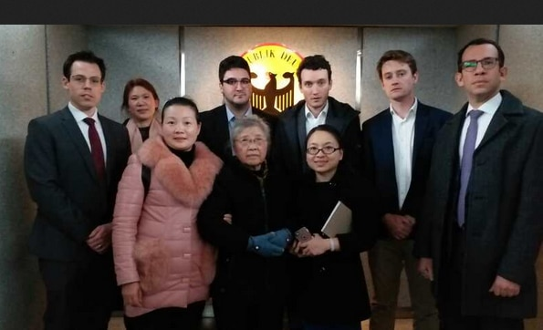 Huang Qi's mom meets with diplomats from five countries in Chengdu to advocate for his son in 2018 (web screenshot)