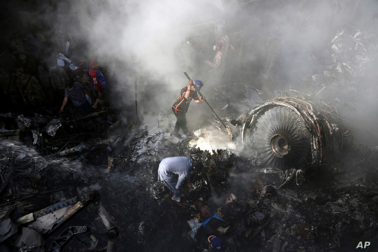 CORRECTS NUMBER OF PASSENGERS TO NEARLY 100, INSTEAD OF MORE THAN 100 - Volunteers look for survivors of a plane that crashed…