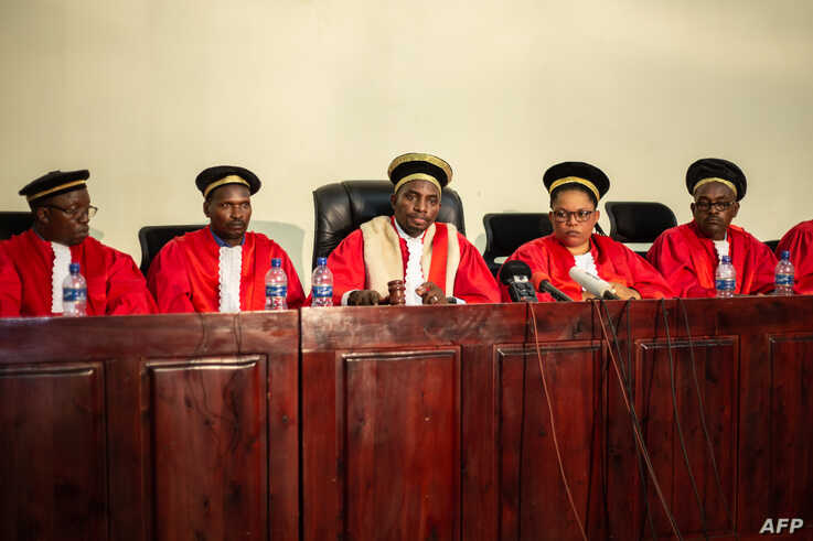 Judge Charles Ndayiragije (C), President of Burundi's constitutional court, speaks during the final announcements of the country's general and presidential elections in Bujumbura, June 4, 2020.