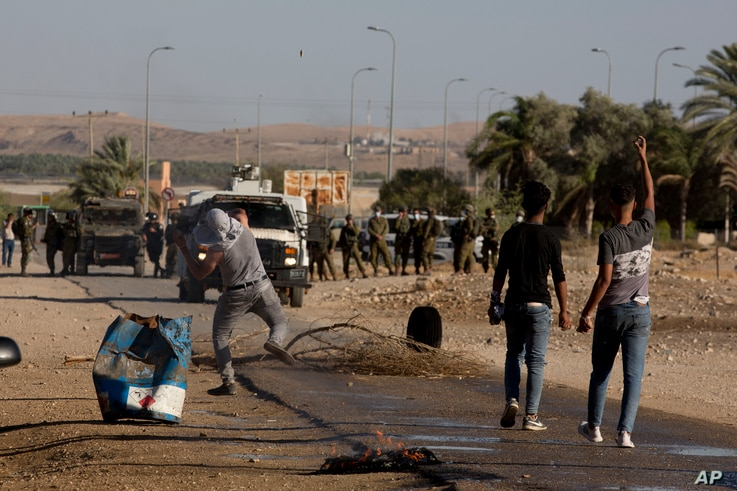 Palestinian demonstrators clash with the Israeli troops during a protest against Israel's plan to annex parts of the West Bank and Trump's mideast initiative, at the village of Fasayil, in Jordan Valley, Jun. 24, 2020.