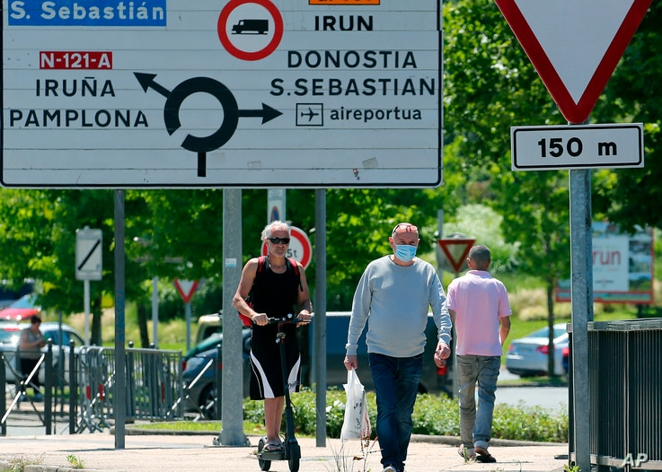People cross the border between France and Spain at Behobie, southwestern France, June 21, 2020.