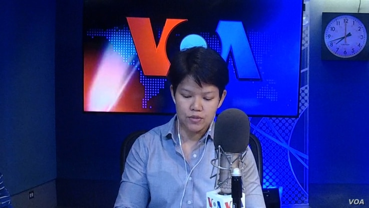 Description: Warangkana Chomchuen during VOA Thai's daily news radio program    Photo credit: Warangkana Chomchuen