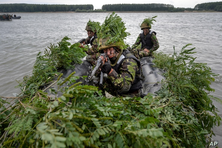 Romanian soldiers take part in a joint exercise with US troops during Argedava Saber 17, a stage in Saber Guardian 17 exercises, in Bordusani, Ialomita, Romania, Sunday, July 16, 2017.