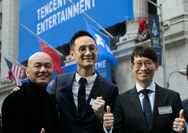 ADDS NAME OF MAN AT LEFT AS GUOMIN XIE - Tao Sang Tong, center, Chairman of Tencent Music Entertainment, and Cussion Kar Shun…