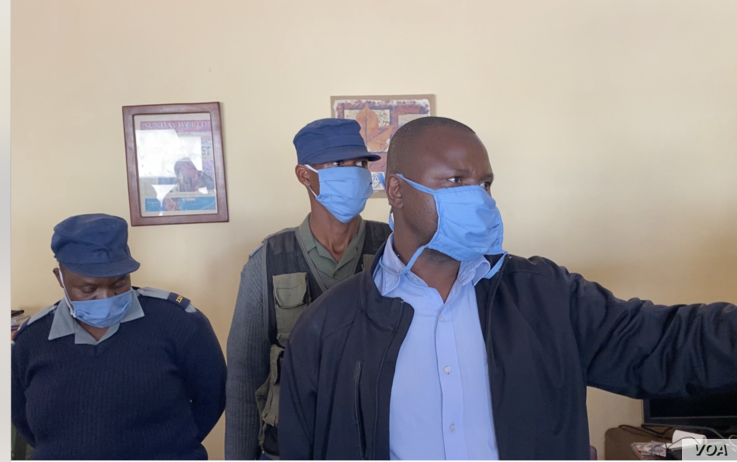 Detective Inspector Morgan Chafa, who arrested prominent journalist Hopewell Chin'ono, asking journalists to leave the premises of Chin'ono's home on July 21, 2020 in Harare. (VOA/Columbus Mavhunga)