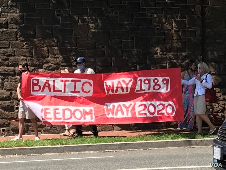 Washingtonians marched on Aug. 23, 2020 in support of protesters in Belarus. (Natalie Liu/VOA)