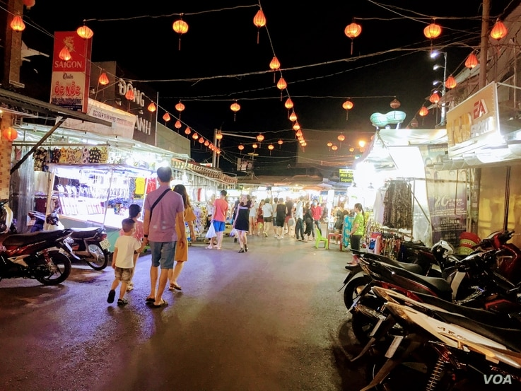 Travelers visit the night market on the Vietnamese island of Phu Quoc. (VOA News)