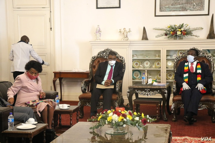 Zimbabwe's President Emmerson Mnangagwa (right) talking to Sydney Mufamadi the chief special envoy from his South African President Cyril Ramaphosa and former South African deputy President Baleka Mbete at State House in Harare Aug. 10, 2020 (VOA/Columbus Mavhunga)