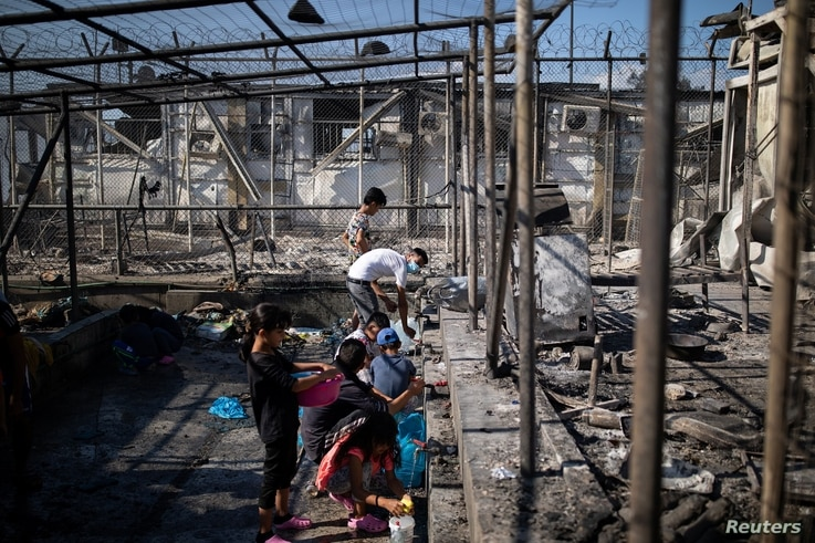 UN Sets Up Emergency Shelters for Lesbos Refugees After Fire
