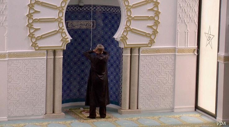 Prayers at the Lyon Mosque. Mainstream Muslim religious leaders in France also have misgivings about the proposed separatism legislation. (Lisa Bryant/VOA)