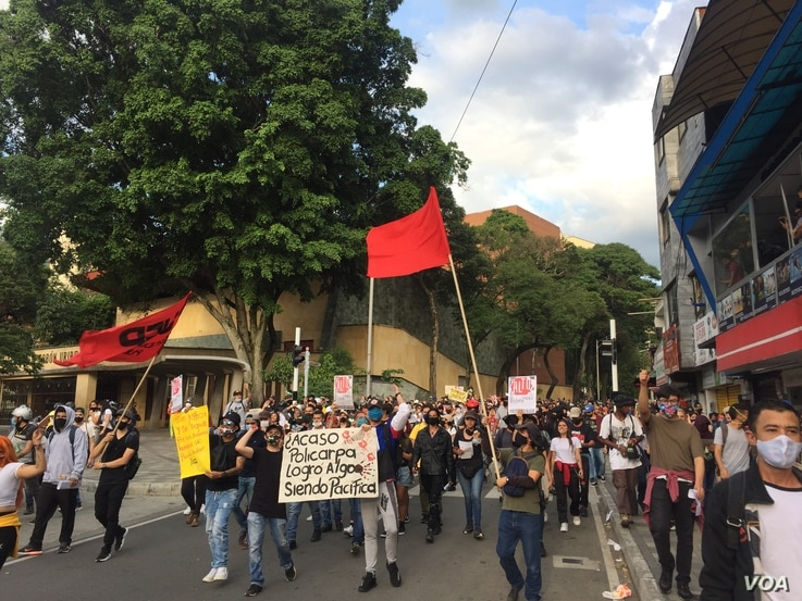 Protesters march down the main street of downtown Medellín, Colombia on Sept. 11, 2020. Soon after, they clashed with police. (Megan Janetsky/VOA)