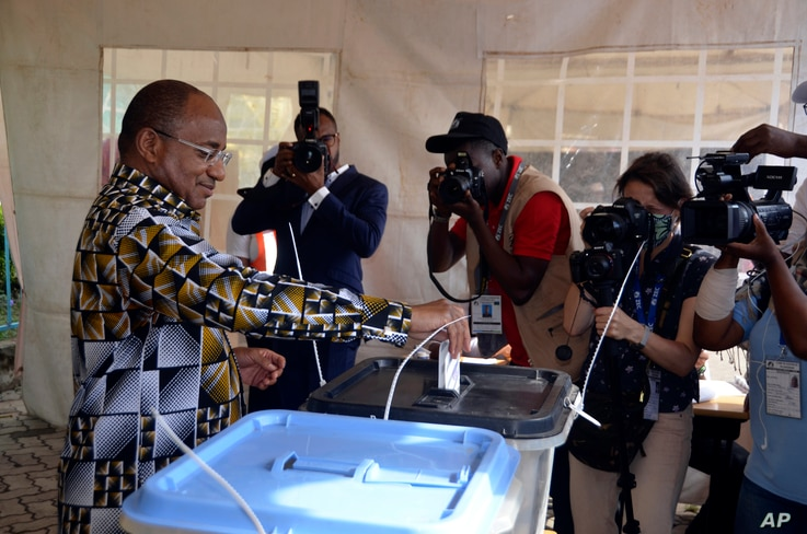 Presidential candidate for the ruling party CCM, Hussein Ali Mwinyi, casts his vote in Zanzibar Tanzania, Oct.28, 2020.