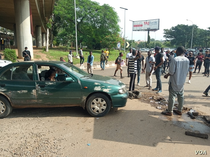 Protesters at Berger junction in Abuja prevent vehicles from passing through on Wednesday October 14, 2020