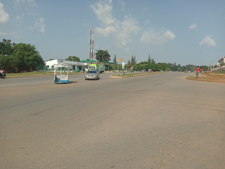 """A popular finance junction in Abuja is largely empty as many citizens remain indoors following unrest in Nigeria during the """"End SARS"""" protests, Oct. 22, 2020. (TimothyObiezu/VOA)"""