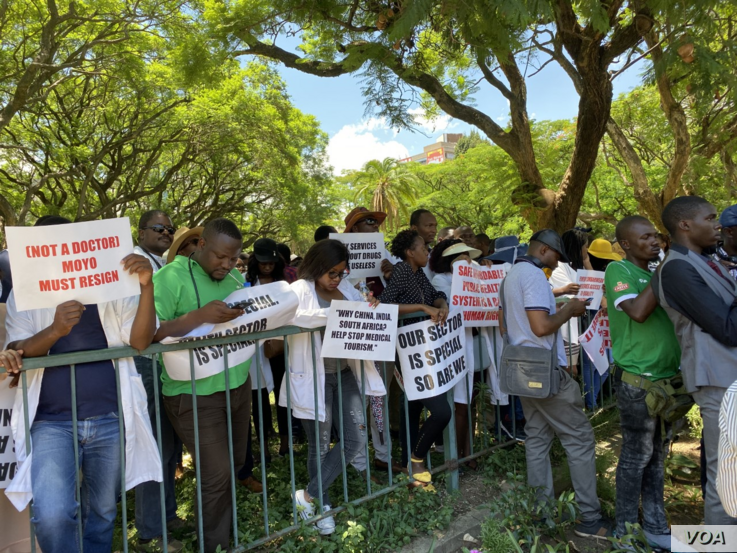 Doctors and nurses in Zimbabwe protesting outside Parliament Building in December 2019 in Harare (Photo: Columbus Mavhunga/VOA)