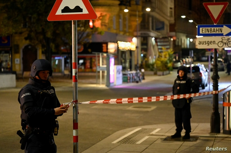 Police officers secure an area after exchanges of gunfire in Vienna, Austria November 3, 2020. REUTERS/Radovan Stoklasa