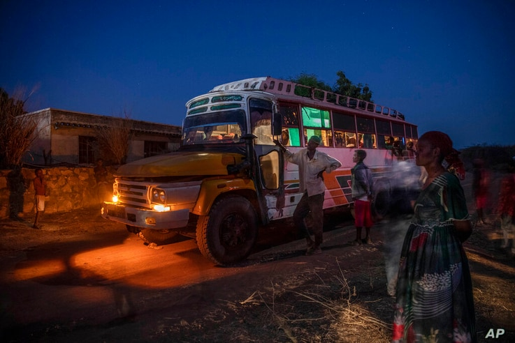 Tigray people who fled the conflict in Ethiopia's Tigray region, arrive on a bus at Umm Rakouba refugee camp in Qadarif,…
