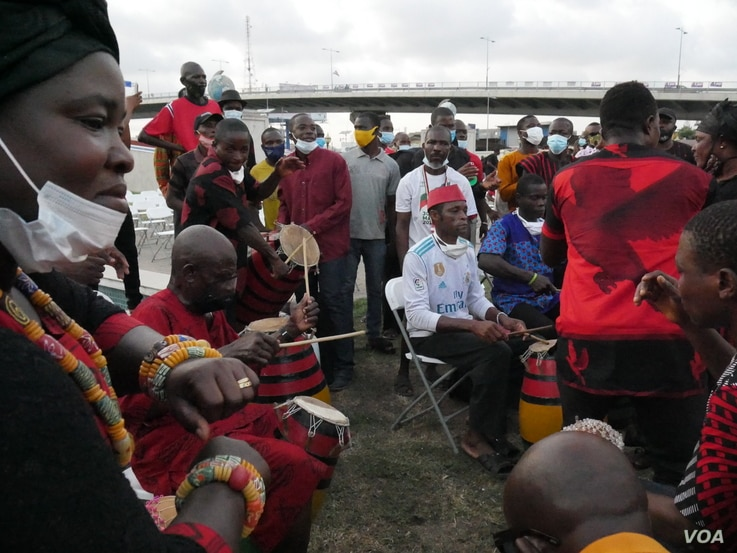4 Musicians and dancers celebrate former President Jerry John Rawlings at a vigil on Nov 15, 2020 (Stacey Knott/VOA)