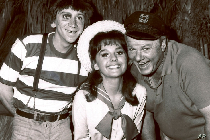"""FILE - In this 1965 file photo, Dawn Wells, center, poses with fellow cast members of """"Gilligan's Island,"""" Bob Denver and Alan…"""