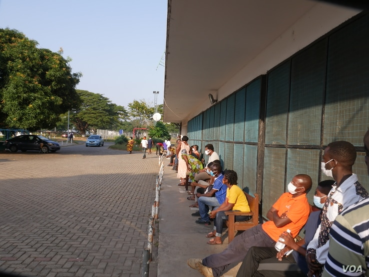 Voters in Ghana's capital Accra lined up before polls opened on Dec 7, 2020 (Stacey Knott/VOA)