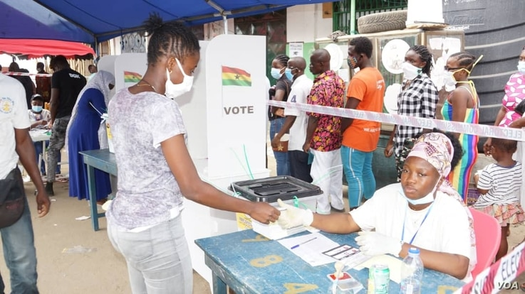 A voter arrives to cast her ballot in the election in Accra, Ghana, Dec. 7, 2020. (Photo: Peter Clottey, Issah Ali / VOA)