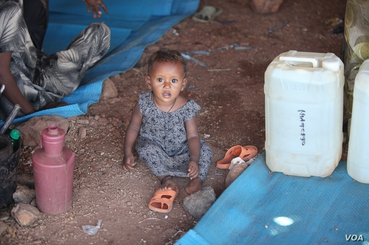 2412: Parents worry small children will grow up traumatized from seeing extreme violence in Ethiopia, pictured on Dec. 10, 2020 in the Um Rakouba camp in Sudan. (VOA/ Mohaned Bilal)