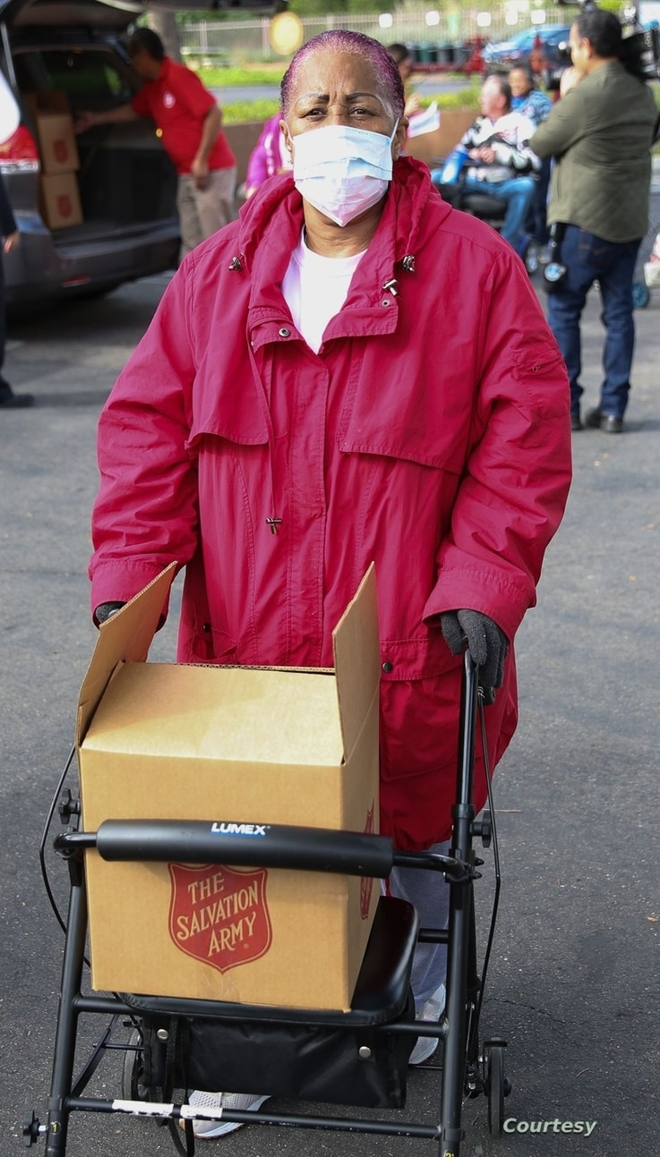 The Salvation Army in Huntington, California helps a senior citizen with food. (photo: The Salvation Army USA)