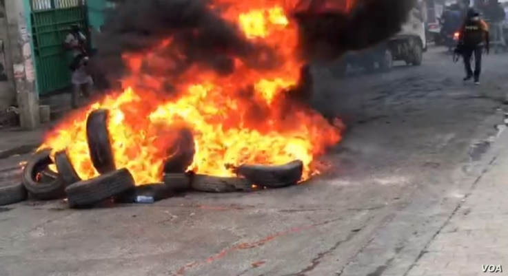Tires burn in the middle of the street in defiance of a presidential decree which forbids such actions, in Port-au-Prince, Haiti, Dec. 10, 2020. (Renan Toussaint/VOA)