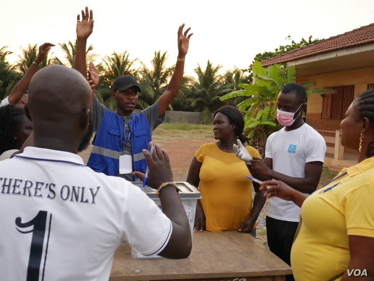 Election officials and observers start the process of vote counting on Dec 7 in Accra. (Stacey Knott/VOA)