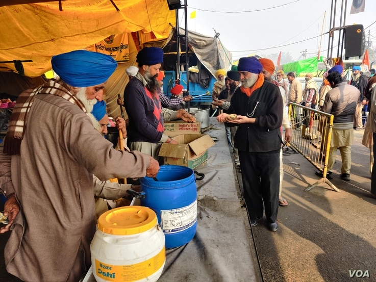 Farmers cook and serve community meals at the largest protest site outside Delhi, in India. (A. Pasricha/VOA)