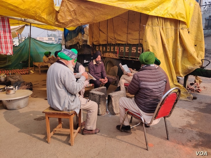Protesters sit on highways in India that have turned into their homes. (A. Pasricha/VOA)