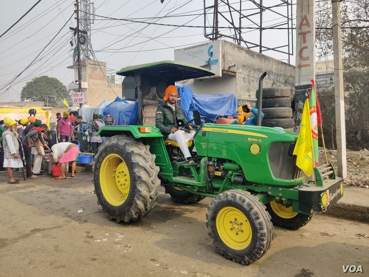 The tractors in which farmers have traveled are seen as the symbol of their protest, in India. (A. Pasricha/VOA)