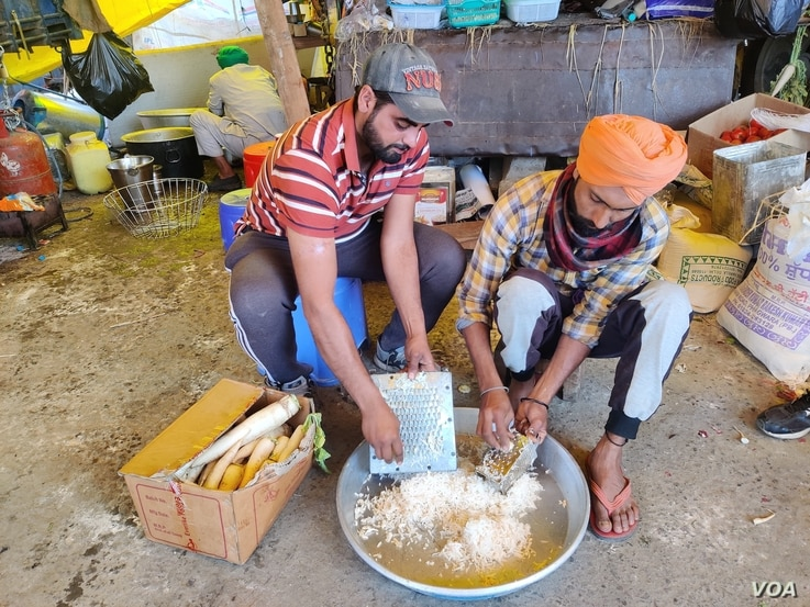 Manveer Singh, a postgraduate, helps prepare a community meal for protesters in India. (A. Pasricha/VOA)