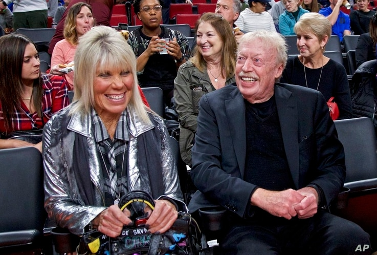 Phil Knight, right, and Penny Knight, left, during the first half of an NCAA college basketball game in the Phil Knight…