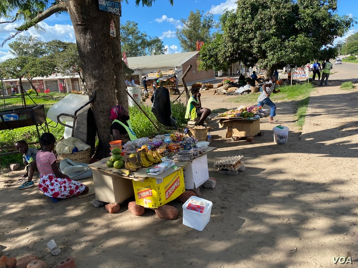 Vendors have remained in the streets of Harare (January 2021) despite a lockdown asking everyone to stay home as part of efforts to contain coronavirus in Zimbabwe ((Columbus Mavhunga/VOA))
