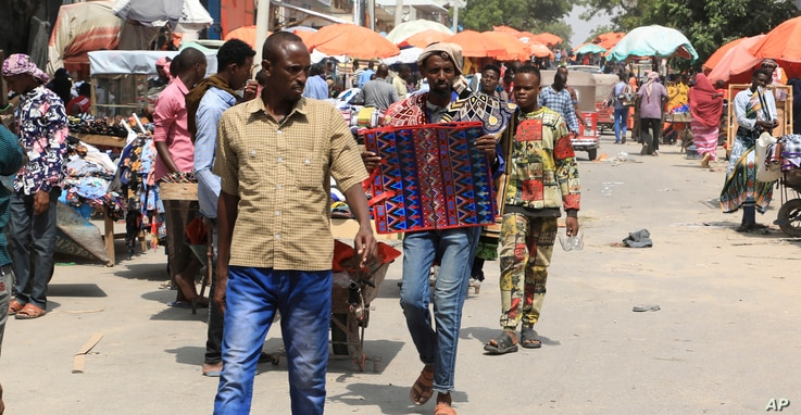 Somalis without facemasks visit the Bakara Market in Mogadishu, Dec. 2, 2020.
