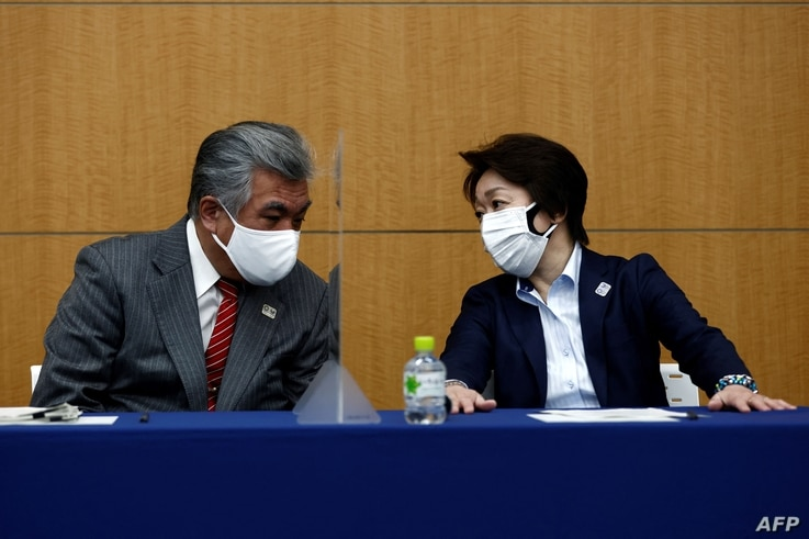 President of the Tokyo 2020 Olympics Organising Committee Seiko Hashimoto (R) speaks with Tokyo 2020 Vice Director General…